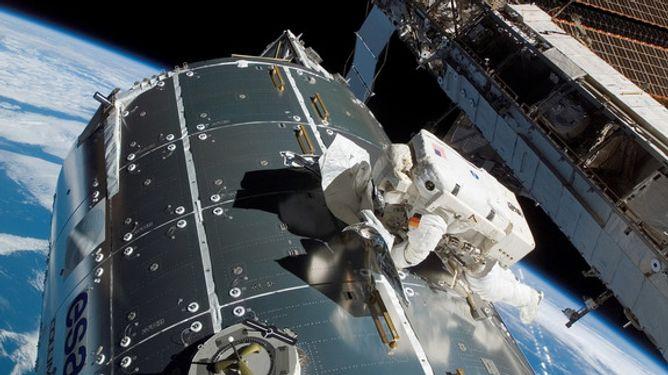 Hans Schlegel am europäischen Forschungsmodul Columbus (Quelle: NASA)