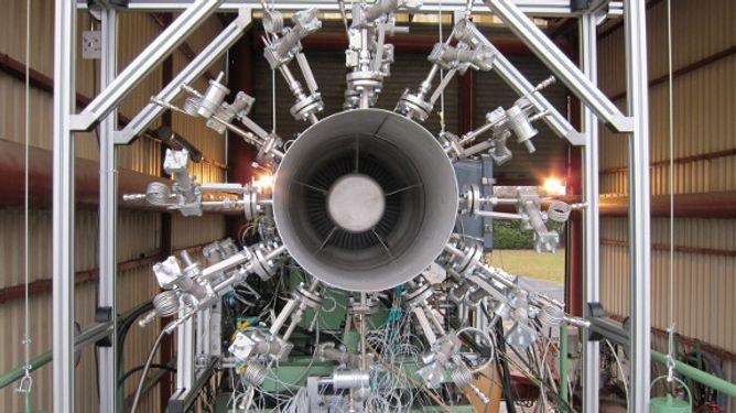 Heißgas-Mikrofon-Sonden am Hubschraubertriebwerk (Quelle: DLR (CC-BY 3.0))